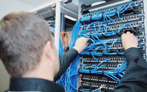 Techniker wartet einen Server